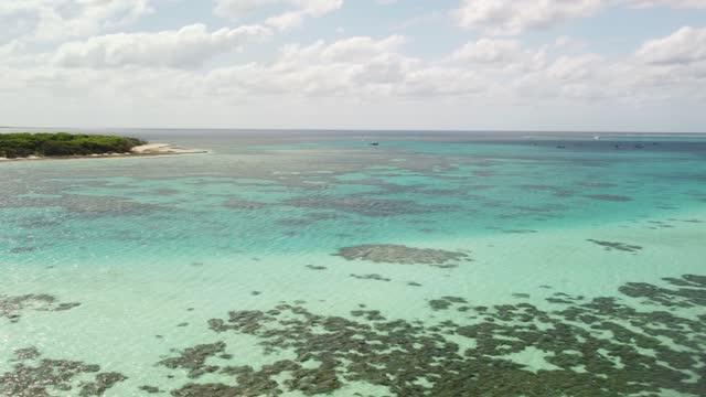 stockvideo's en b-roll-footage met aerial pan shot over coral atoll lagoon - zeegezicht