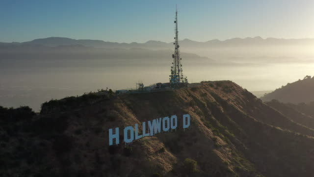 vídeos de stock e filmes b-roll de aerial pan: the hollywood sign and santa monica mountain range at sunset on hazy day - hollywood, california - santa monica