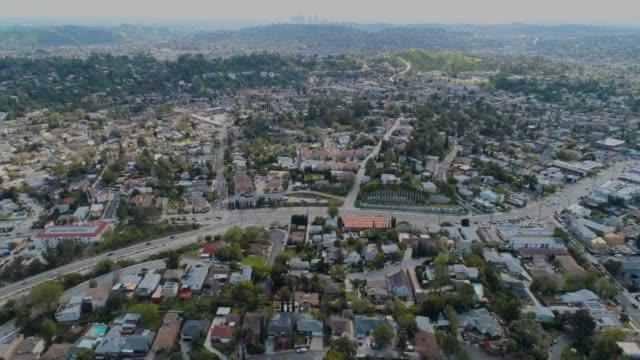 ロサンゼルスのスカイラインまでの空中パン - 地形点の映像素材/bロール