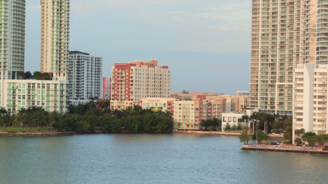aerial panning along hotels on the water in miami - fensterfront stock-videos und b-roll-filmmaterial