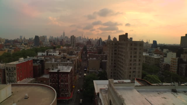 stockvideo's en b-roll-footage met aerial panning left over lower east side of manhattan looking north at empire state building, nyc - dak