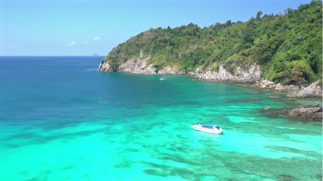 vídeos y material grabado en eventos de stock de panorámica aérea de blanca arena playa y mar onda tropical en el punto de buceo - mar de andamán