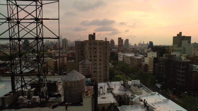 vidéos et rushes de aerial panning right over lower east side of manhattan looking north at empire state building, nyc - toit