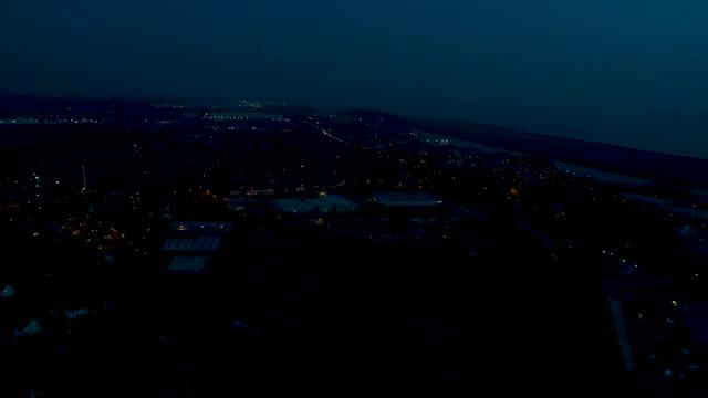 aerial panning shot of ellesmere port at night m53 motorway and river mersey - 英チェシャー州点の映像素材/bロール