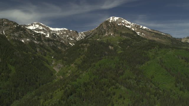 aerial panning shot of trees in mountain range / american fork canyon, utah, united states - american fork canyon bildbanksvideor och videomaterial från bakom kulisserna