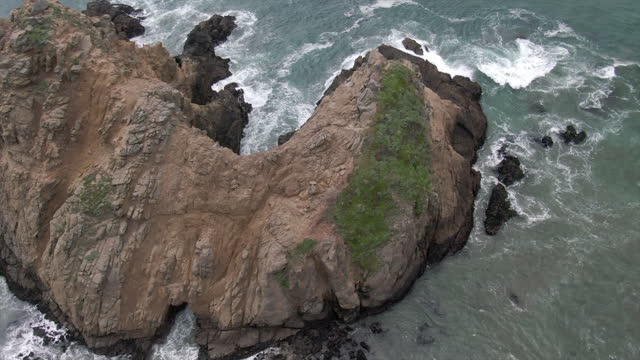 aerial panning shot of waves splashing on keyhole arch at pfeiffer beach, drone flying over famous natural landmark - big sur, california - natural landmark stock videos & royalty-free footage