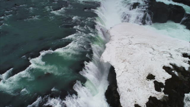 vídeos de stock e filmes b-roll de aerial panning shot showing urriðafoss waterfall, iceland - cascata