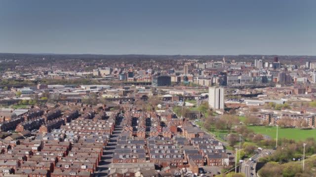 stockvideo's en b-roll-footage met luchtfoto panorama van leeds - holbeck naar centrum - leeds