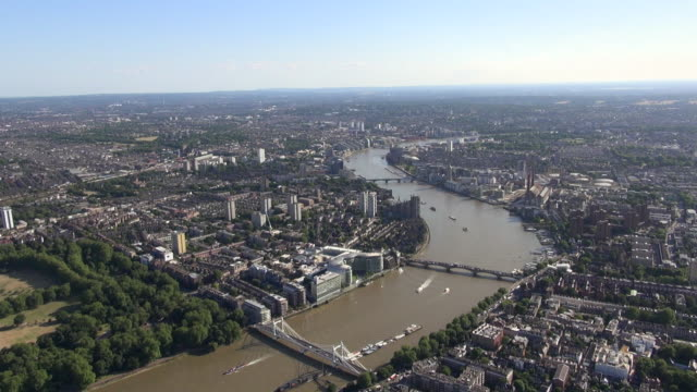 aerial panorama of river thames with battersea bridge and albert bridge and views towards clapham and south west london - fluss themse stock-videos und b-roll-filmmaterial