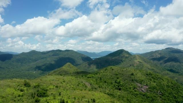 vidéos et rushes de panorama aérien de sai kung village, montagne dans l'est de hong kong, extérieur, jour - vallée