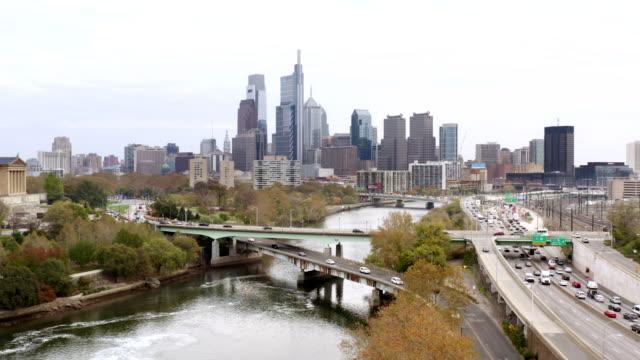 aerial panorama av philadelphia skyline i rusningstid - philadelphia pennsylvania bildbanksvideor och videomaterial från bakom kulisserna