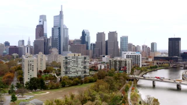 vidéos et rushes de panorama aérien de l'horizon de philadelphie - philadelphie