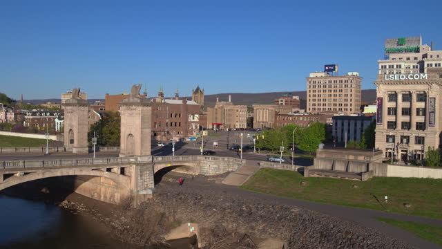 aerial panoramic view of downtown wilkes-barre, pennsylvania, along with the market street bridge decorated with the eagles statues. drone-made footage with the panning camera motion. - wilkes barre stock videos & royalty-free footage