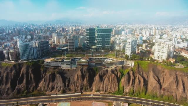 vídeos y material grabado en eventos de stock de vista panorámica aérea de la costa del distrito de miraflores en lima, perú. - embarcadero