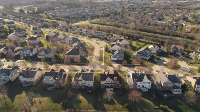vídeos de stock e filmes b-roll de aerial panoramic view of the residential neighborhood libertyville, vernon hills, chicago suburban area, illinois. cinematic aerial drone video with the forward camera motion. - tradição