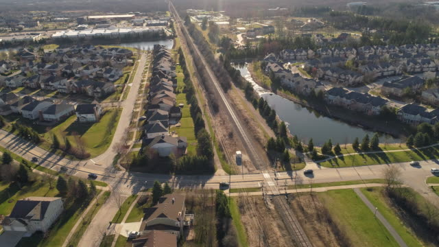 stockvideo's en b-roll-footage met luchtfoto panoramisch uitzicht op de residentiële wijk libertyville, vernon hills, chicago suburbane gebied, illinois. filmische aerial drone video met de brede baan, panoramische camera beweging. - chicago illinois
