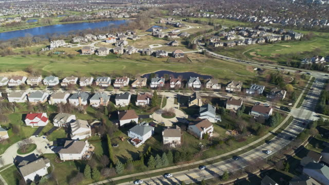aerial panoramic view of the residential neighborhood libertyville, vernon hills, chicago suburban area, illinois. cinematic aerial drone video with the forward and slow descending, combined with tilting-up camera motion. - suburban stock videos & royalty-free footage
