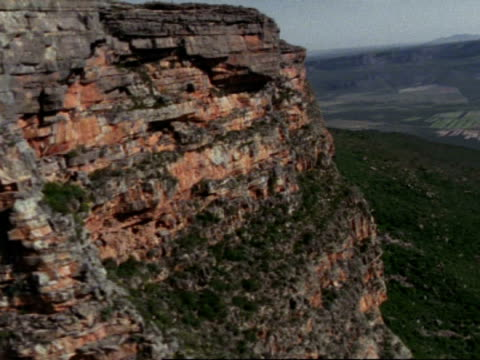 aerial past mountain to escarpment beyond, namaqualand, south africa - felswand stock-videos und b-roll-filmmaterial