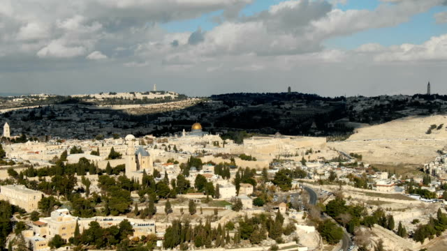 aerial pedestal shot / jerusalem old city with with mount zion, temple mount, dome of the rock and al-aqsa mosque - modern rock stock videos & royalty-free footage