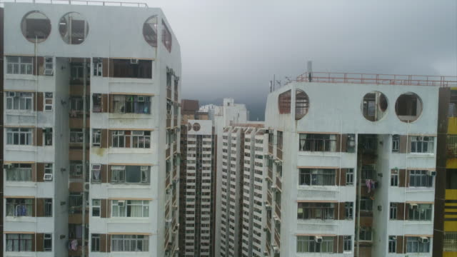 stockvideo's en b-roll-footage met aerial pedestal shot of a residential complex on hong kong island, hong kong - gevel