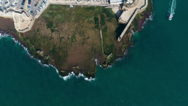 vídeos y material grabado en eventos de stock de aerial: peninsula off the old city of acre and boat sailing - península