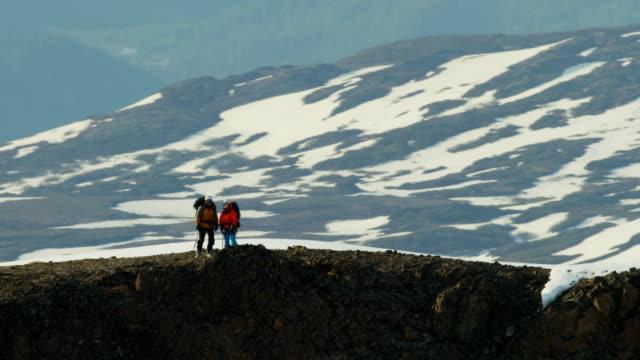 vídeos de stock e filmes b-roll de aerial people climbing a snow covered mountain alaska - confiabilidade