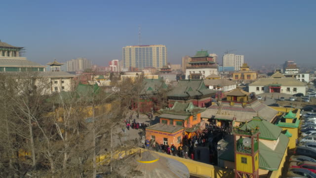 vídeos de stock e filmes b-roll de aerial: people in a line for a building in a plaza outside the city of ulaanbaatar - ulan bator