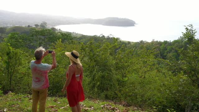 Luftperspektive folgt reifem Paar durch den Dschungel
