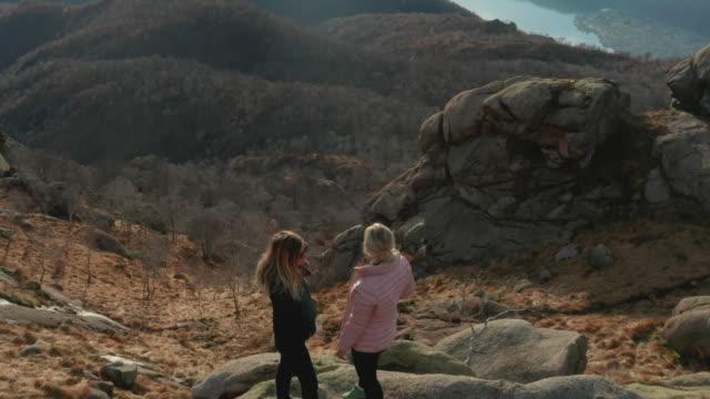 vidéos et rushes de perspective aérienne de la mère et de la fille sur le promontoire de montagne - 50 54 ans