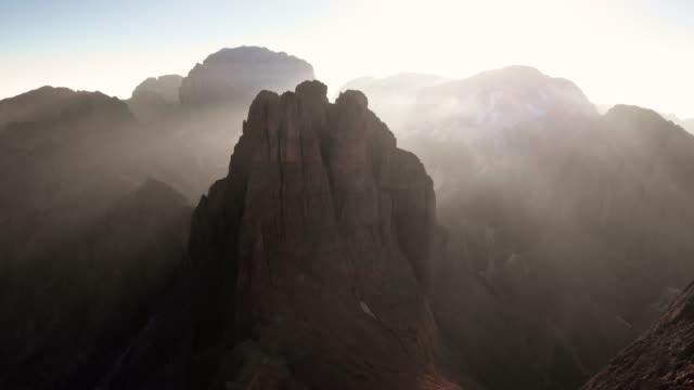 stockvideo's en b-roll-footage met luchtperspectief van zonsopgang boven iconische dolomiet scène - watervorm