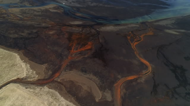 aerial perspective showing braided river channels, iceland - natürliches muster stock-videos und b-roll-filmmaterial