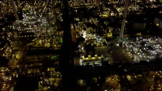vídeos de stock e filmes b-roll de aerial photographs of oil refineries plants, gas tank, oil tank, chemical  tank, refinery industry power investment business concept. - petroquimica