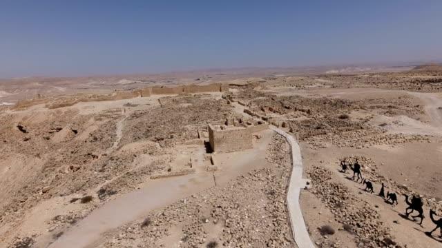 vídeos de stock, filmes e b-roll de aerial photography of avdat- nabataean city in the negev desert by drone - cidade pequena