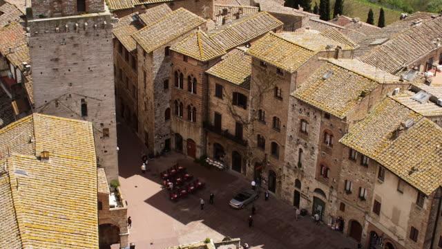 vidéos et rushes de aerial piazza della cisterna - toscane