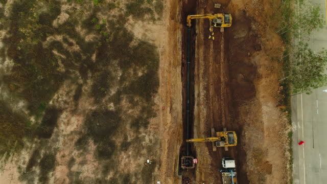 vidéos et rushes de antenne: construction de l'oléoduc - site internet