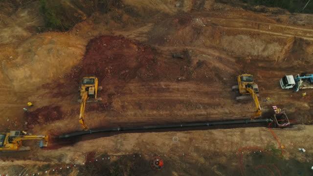 vídeos de stock, filmes e b-roll de construção de um gasoduto aérea - falência