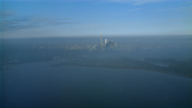 aerial plane point of view over lake ontario towards cn tower / toronto, ontario - ontariosee stock-videos und b-roll-filmmaterial