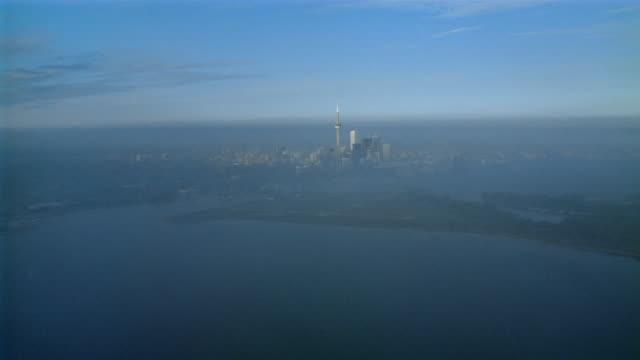 stockvideo's en b-roll-footage met aerial plane point of view over lake ontario towards cn tower / toronto, ontario - ontariomeer