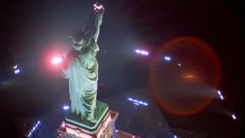 aerial point of view above and around statue of liberty at night (lens flare) / new york city - statue of liberty new york city 個影片檔及 b 捲影像