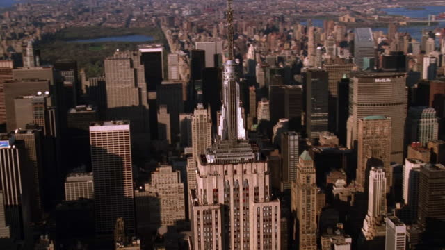 aerial point of view around empire state building with central park and manhattan skyscrapers in background / nyc - 1998 stock-videos und b-roll-filmmaterial