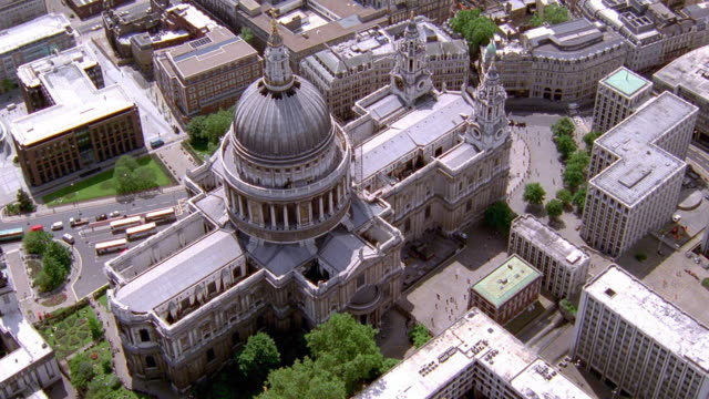 vídeos y material grabado en eventos de stock de aerial point of view around st. paul's cathedral / london - neoclásico