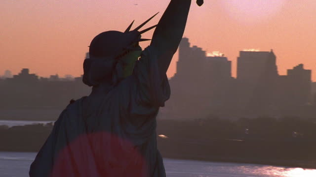 aerial point of view circling statue of liberty - patriotismus stock-videos und b-roll-filmmaterial