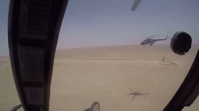 vídeos de stock e filmes b-roll de aerial point of view from iraqi army helicopter flying over frontline between karbala and anbar aerial shots karbala helicopter landing exterior... - treino militar