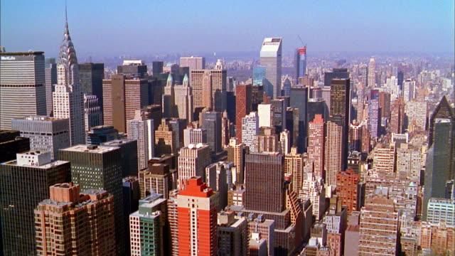 vídeos de stock e filmes b-roll de aerial point of view manhattan skyline - 2000