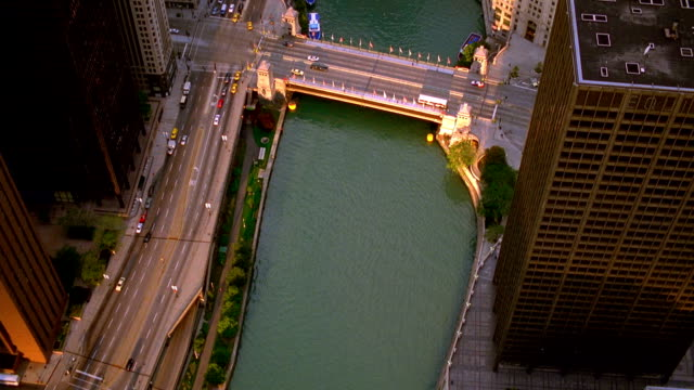 aerial point of view over chicago river and wacker drive with bridges + marina city / illinois - レガッタリグレービル点の映像素材/bロール