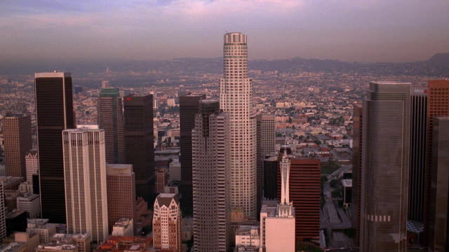 stockvideo's en b-roll-footage met aerial point of view over downtown los angeles and towards library tower / california - us bank tower