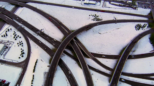 vídeos de stock e filmes b-roll de aerial point of view over highway and overpasses with traffic in winter / kansas city - kansas