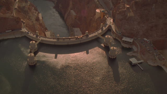 aerial point of view over lake mead and hoover dam / border of arizona + nevada - nevada stock-videos und b-roll-filmmaterial