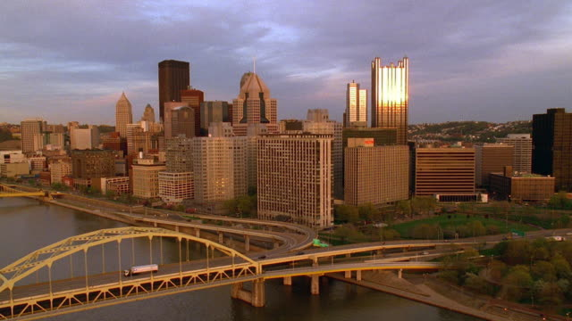 aerial point of view over ohio and monongahela rivers, past downtown pittsburgh / pennsylvania - ペンシルベニア州点の映像素材/bロール