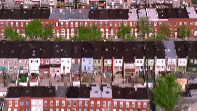 aerial point of view over residential area with row houses / baltimore, maryland - baltimore maryland bildbanksvideor och videomaterial från bakom kulisserna